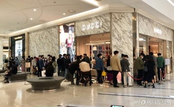 지난 4월4일 신세계백화점 타임스퀘어 구찌 매장에 입장하기 위해 길게 늘어선 줄/사진=오정은 기자
