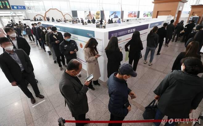 제21대 국회의원 선거 사전투표 첫날인 10일 오후 시민들이 서울역 대합실에 마련된 남영동 사전투표소에서 투표를 하기위해 줄을 서 있다. / 사진=김휘선 기자 hwijpg@