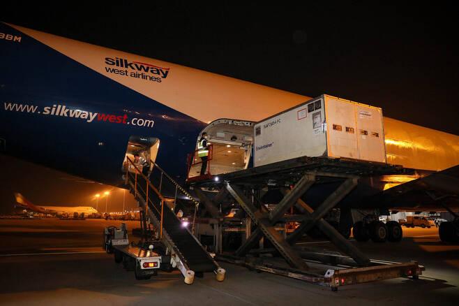 한국산 코로나19 진단키트 60만회 분량을 미국으로 수출하기 위해 15일 새벽 인천공항 화물터미널에서 관계자들이 키트가 든 상자를 항공기로 옮기고 있다. 외교부 제공