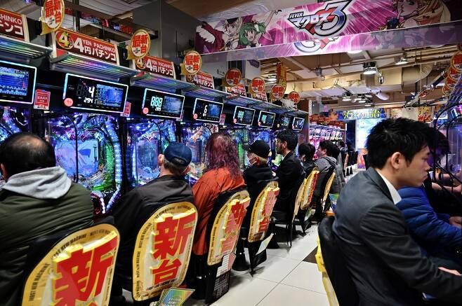 일본 정부의 긴급사태 선포에 술집 등 다수의 상점이 문을 닫았지만, 여전히 파친코들이 영업을 강행하면서 사람이 몰리는 상황이 벌어지고 있다. 이로인해 정부는 상호명을 공개하고 휴업을 요청하겠다고 밝혔다. /AFPBBNews=뉴스1