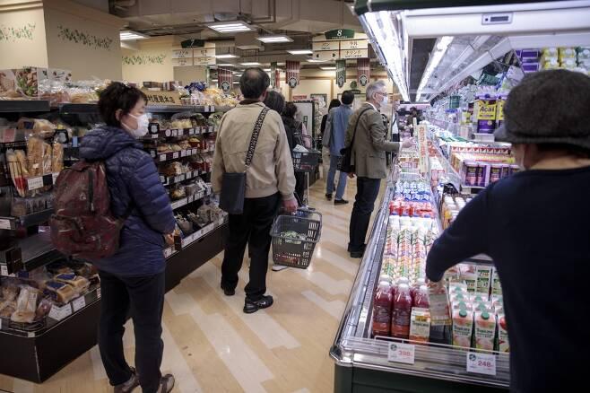 생필품을 구입하기 위해 슈퍼마켓에 몰린 일본인들. /AFPBBNews=뉴스1