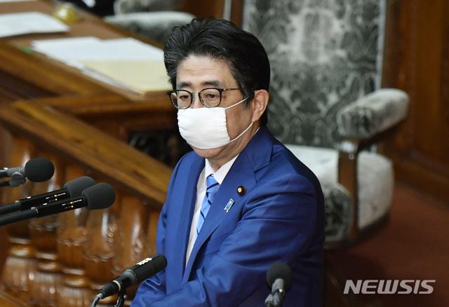 [도쿄=AP/뉴시스]아베 신조 일본 총리가 27일 도쿄에서 열린 중의원 본회의에서 발언하고 있다. 2020.04.27.