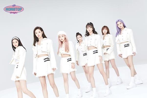 오마이걸의 신곡 '살짝 설렜어' 뮤직비디오가 공개 사흘만에 1,000만뷰를 돌파했다. WM엔터테인먼트 제공