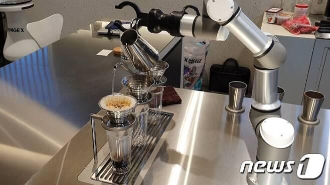 로봇 바리스타 바리스가 드립커피를 제조하고 있다. 2020.4.29/뉴스1 © News1 김동규 기자