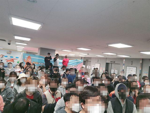 1일 오전 10시 닌텐도 스위치 추첨 판매 행사가 열린 경기 수원의 한 대형마트에는 1,000여명의 인파가 모여들었다. 이주현 인턴기자