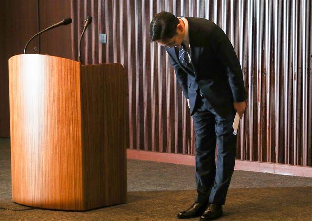 이재용 삼성전자 부회장이 6일 오후 서울 서초동 삼성사옥에서 경영권 승계 및 노동조합 문제 등과 관련해 '대국민 사과문'을 발표한 뒤 고개 숙여 사과하고 있다. 이한호 기자