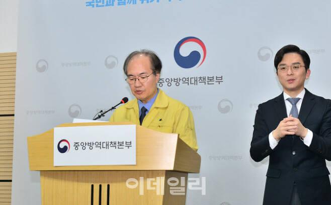 권준욱 방대본 부본부장이 브리핑을 하고 있다.