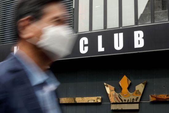 지난 6일 신종 코로나바이러스 감염증(코로나19) 확진 판정을 받은 경기도 용인 66번째 환자가 서울 용산구 이태원 클럽을 다녀간 것으로 알려졌다. 사진은 7일 오후 환자가 다녀간 클럽의 모습. 뉴시스