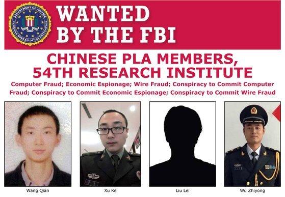 미 연방수사국(FBI)가 지난 2월 중국 인민해방군(PLA) 54연구소 소속 해커 4명을 2017년 미국 신용평가업체 에퀴팩스에서 1억 5000만명의 개인 정보를 빼낸 혐의로 현상 수배하면서 공개한 전단지. [EPA=연합뉴스]