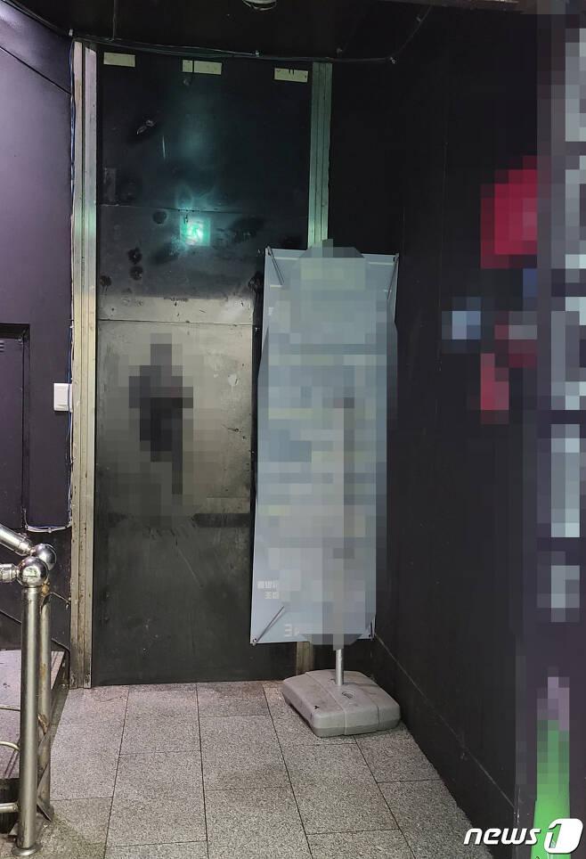 경기 수원시의 한 유사 클럽 입구 모습. 코로나19 예방 관련 안내 배너가 벽면을 행해 방치돼 있다. © 뉴스1 최대호 기자