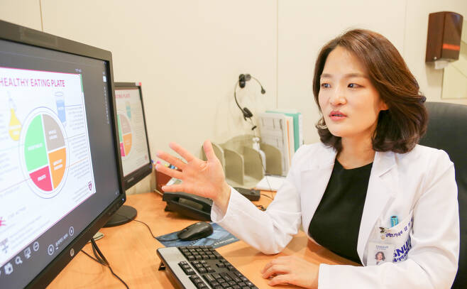 김선신 교수가 라이프스타일 코칭클리닉에서 환자에게 건강한 생활습관의 중요성을 설명하고 있다.  서울대병원 강남센터 제공