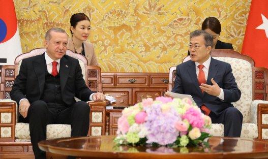 문재인 대통령이 지난 2018년 5월 오전 청와대에서 한국을 국빈 방문한 레제프 타이이프 에르도안 터키 대통령과 정상회담을 하고 있다. [연합]