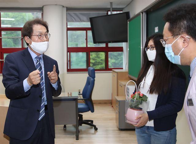 15일 서울 중구 덕수초등학교를 찾은 조희연(왼쪽) 서울시 교육감이 교사들과 대화를 나누고 있다. 연합뉴스