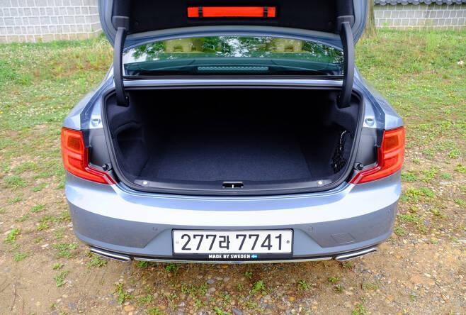 254마력의 직렬 4기통 T5 터보차저 가솔린 엔진이 탑재된다. 8단 자동 기어트로닉과 조합된다. 가속력은 부족함이 없다. 트렁크는 E세그먼트에 어울리는 제법 큰 공간을 제공한다. [정찬수 기자]