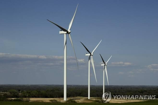 미국 캔자스주 리딩에 들어서고 있는 풍력발전단지 모습. [AP=연합뉴스 자료사진]