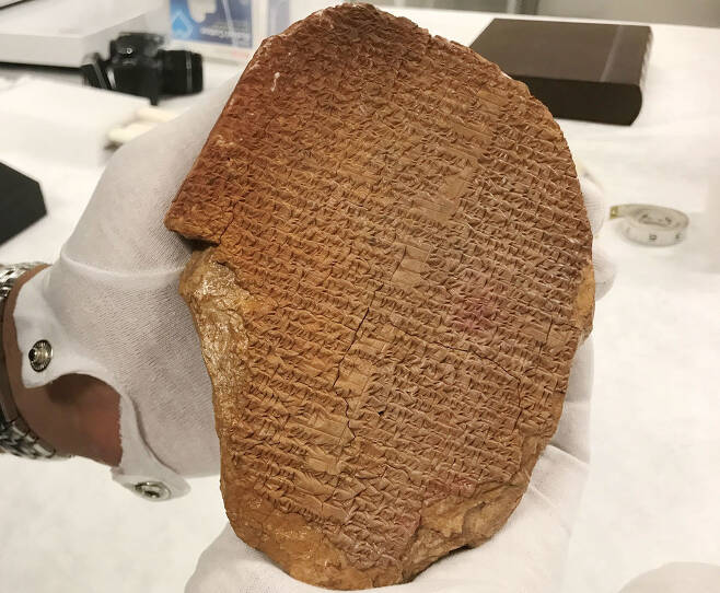 미국 성경박물관에 전시됐던 길가메시 서사시의 일부를 기록한 점토판.(사진=이민세관단속국)