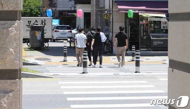 고등학교 3학년 학생들의 등교가 시작된 20일 오후 대전에 위치한 한 고등학교에서 학생들이 점심시간에 교문 밖으로 이동하고 있다. 2020.5.20/뉴스1 © News1 김기태 기자