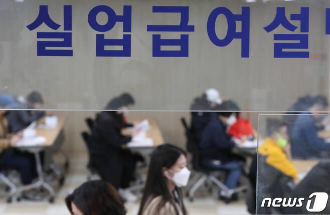 서울 중구 서울지방고용노동청 고용복지플러스센터에서 실업급여 신청자들이 서류를 작성하고 있다. 2020.4.21/뉴스1 © News1 허경 기자