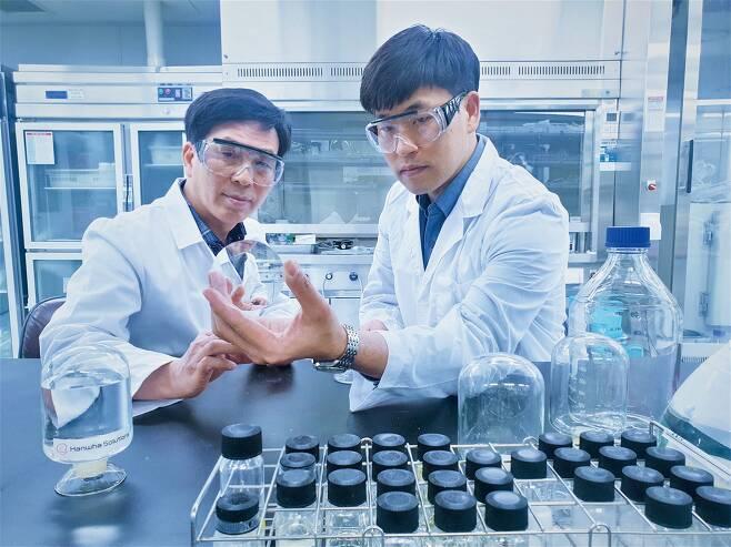 한화솔루션 XDI 연구소에서 연구원들이 제품을 살펴보고 있다. / 사진=한화솔루션