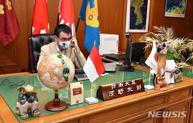 [서울=뉴시스]고노다로 방위상이 통화하고 있는 모습. 오른쪽 뒤로 한반도 지도가 보인다. 2020.05.20. (사진=고노다로 일본 방위상 트위터 캡쳐) photo@newsis.com