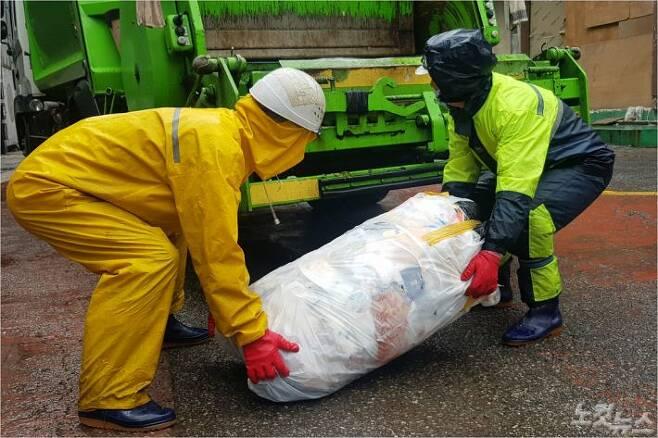 100ℓ짜리 종량제봉투에 규정을 어기고 쓰레기를 덧붙인 이른바 '쓰레기 혹' 때문에 환경미화원들이 수거에 어려움을 겪고 있다.(사진=박창주 기자)