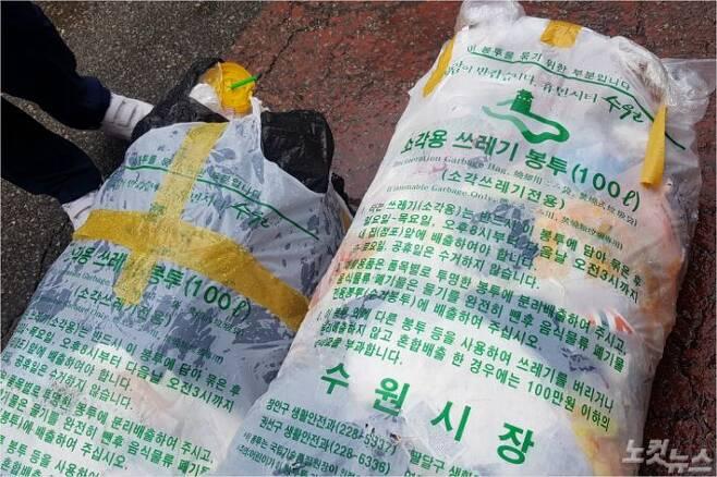 수원역 인근 로데오거리와 모텔촌 일대에 무리하게 눌러 담은 100ℓ 종량제봉투가 놓여있다.(사진=박창주 기자)