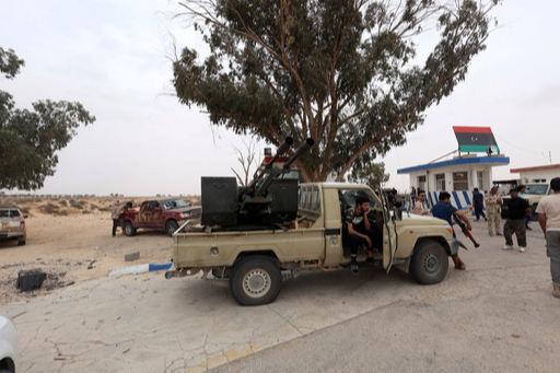 리비아 정부군 소속 테크니컬이 와티야 공군기지 인근에서 경비활동을 하고 있다. 로이터 연합뉴스