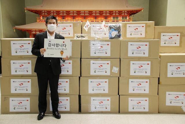 일본 나카가와 겐 나라시장이 경북 경주시가 보낸 방역물품을 받은 후 '감사합니다'라고 쓰인 팻말을 들고 서 있다. 경주시 제공