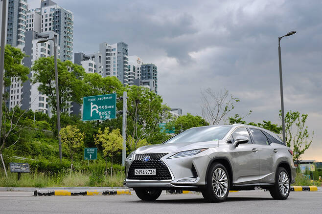 렉서스 RX가 3열의 여유를 품고 새로운 도전에 나섰다.