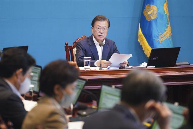 문재인 대통령이 26일 오전 청와대에서 국무회의를 주재하고 있다. 연합뉴스
