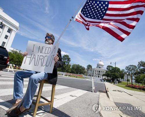 미 앨라배마주 몽고메리의 주의회 의사당 앞에서 한 주민이 경제 재개를 요구하는 항의시위를 벌이고 있다. [AP=연합뉴스 자료사진]