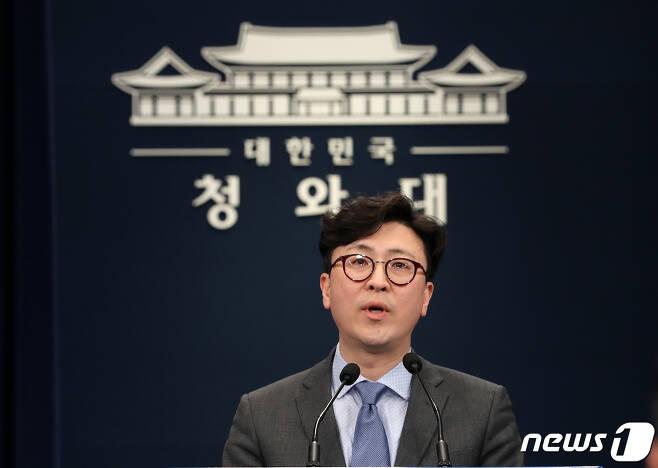 청와대 홍보기획비서관으로 자리를 옮기는 한정우 춘추관장. 2019.2.7/뉴스1 © News1 박세연 기자