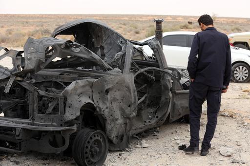 리비아 수도 트리폴리 인근에서 정부군 차량이 공격을 받아 불에 탄 채 방치돼있다. 로이터·연합뉴스