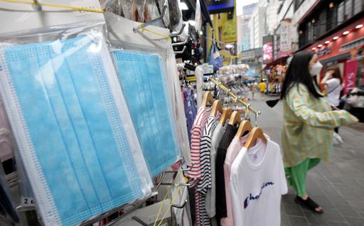 본격적인 여름철이 다가오면서 통풍이 용이한 수술용(덴탈) 마스크의 수요가 늘고 있는 가운데 31일 서울 중구 명동거리의 한 상점에 덴탈 마스크가 진열돼 있다. 하상윤 기자