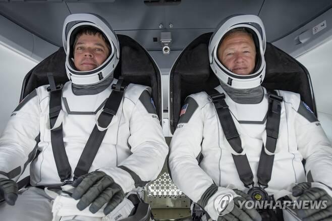 나사 우주비행사 로버트 벤켄(왼쪽)과 더글러스 헐리(오른쪽) [EPA=연합뉴스/스페이스X 제공·재판매 및 DB 금지]