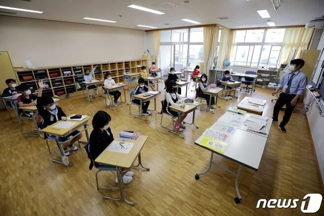 코로나19 유행에 따른 휴교를 마치고 1일 수업을 재개한 일본 도쿄의 한 소학교 교실 © AFP=뉴스1
