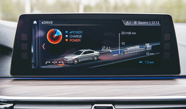 BMW 530e M 스포츠 패키지 센터패시아 디스플레이. 사진 BMW