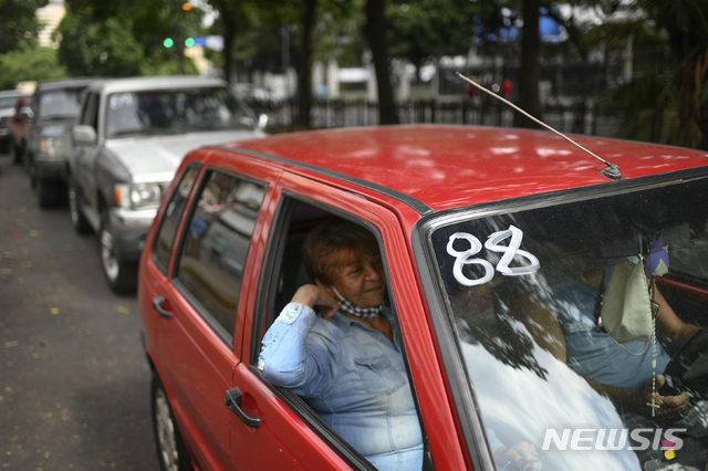 [카라카스=AP/뉴시스]지난달 25일(현지시간) 베네수엘라 카라카스의 국영 석유회사 PDVSA 주유소 인근에 대기 번호가 적힌 자동차가 주유 순서를 기다리고 있다. 2020.06.01