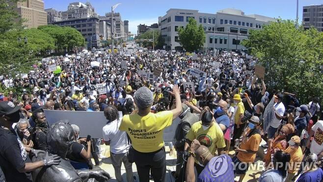 뉴어크에서 열린 항의 시위 [AP=연합뉴스]