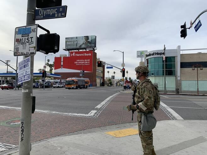 LA 한인타운 앞에서 경계 근무에 들어간 주방위군 (로스앤젤레스=연합뉴스) 정윤섭 특파원