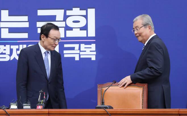 당 대표로 다시 만난 '32년 악연' 미래통합당 김종인 비상대책위원장(오른쪽)이 3일 국회 더불어민주당 대표실에서 이해찬 대표를 예방하고 있다. 두 사람은 1988년 이후 32년간 정치적 악연 관계로 얽혀 있다. 1988년 13대 총선 당시 서울 관악을에서 맞붙어 이 대표가 승리했지만 2016년 20대 총선에선 김 위원장이 민주당 비대위원장으로 이 대표를 공천에서 배제했다. 연합뉴스