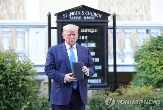 교회 앞에서 성경 들고 있는 트럼프 (워싱턴 AP=연합뉴스) 도널드 트럼프 대통령이 1일(현지시간) 워싱턴DC 백악관 밖으로 걸어나와
