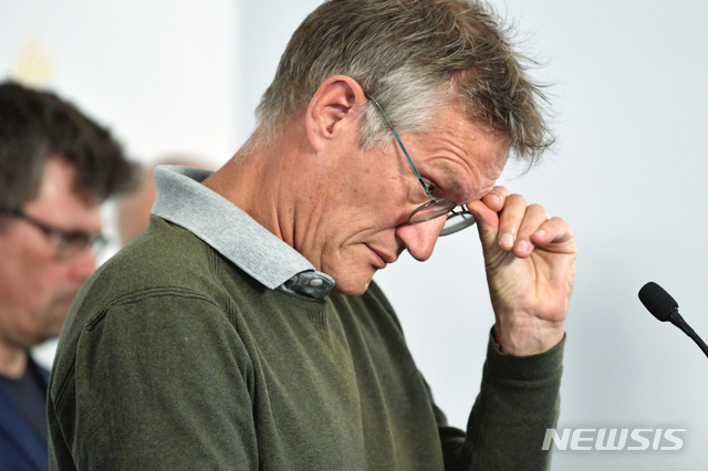 [스톡홀름=AP/뉴시스] 안데르스 텡넬 스웨덴 공중보건국 역학전문가가 3일(현지시간) 스웨덴 스톡홀름에서 기자회견을 하던 중 난처한 표정을 짓고 있다. 신종 코로나바이러스 감염증(코로나19)에 대응하기 위해 집단면역 정책을 수립한 그는 이날 기자회견에서