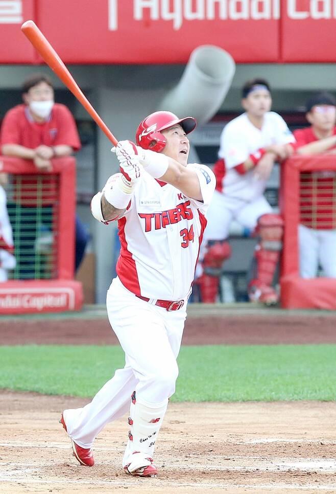 ▲ KIA 최형우가 4일 광주 롯데전에서 6회말 솔로홈런을 때려내고 있다. ⓒKIA 타이거즈
