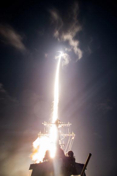 미국과 일본이 2017년 하와이 먼바다에서 'SM3 블록 2A' 미사일을 발사 시험하는 모습. 미 이지스함 존 폴 존스에서 발사해 상공에서 이동하는 탄도미사일을 요격하는 데 성공했다.하와이 AFP 연합뉴스