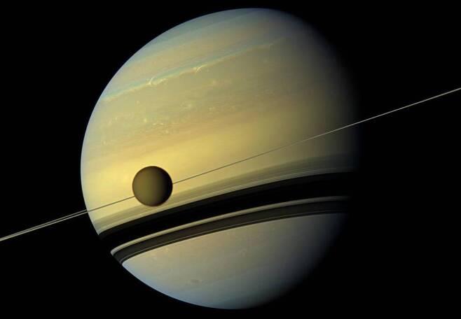 카시니호가 포착한 토성과 제1위성 타이탄 [NASA/JPL-Caltech/Space Science Institute 제공/ 재판매 및 DB 금지]