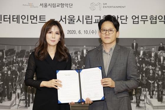 (왼쪽부터) 서울시향 강은경 대표이사, SM 이성수 대표이사 /사진제공=SM엔터테인먼트