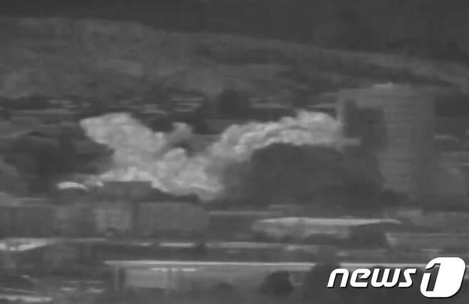 """북한이 개성공단 내 남북공동연락사무소 청사를 16일 오후 2시 49분경 폭파했다. 사진은 우리군 장비로 촬영된 폭파 당시 영상 캡쳐. 북한 조선중앙TV는 이날 오후 5시께 긴급 보도를 통해 """"개성 공업지구에 있는 공동연락사무소를 완전 파괴시키는 조치를 진행했다""""라고 밝혔다. (국방부 제공) 2020.6.16/뉴스1 © News1 박정호 기자"""