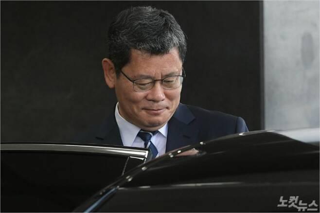 김연철 통일부 장관이 19일 오후 서울 종로구 정부서울청사에서 열린 이임식을 마치고 청사를 나서고 있다. 김 장관은 '최근 남북관계 악화의 모든 책임을 지고 물러나기로 했다'며 사의를 표명했다. 이한형기자