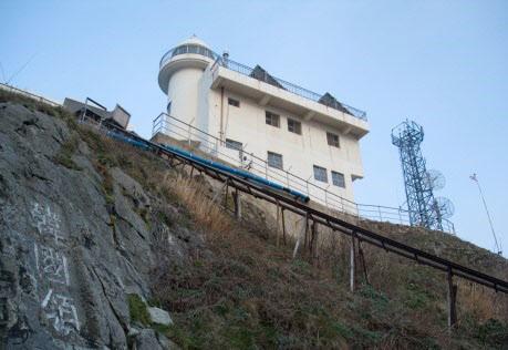 1954년 8월 독도에 설치된 등대와 그 밑 바위에 새겨진